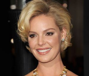 On adore le côté pin-up de la coiffure courte de Katherine Heigl.