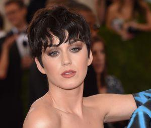Katy Perry change radicalement de style avec cette coupe courte à frange ondulée.