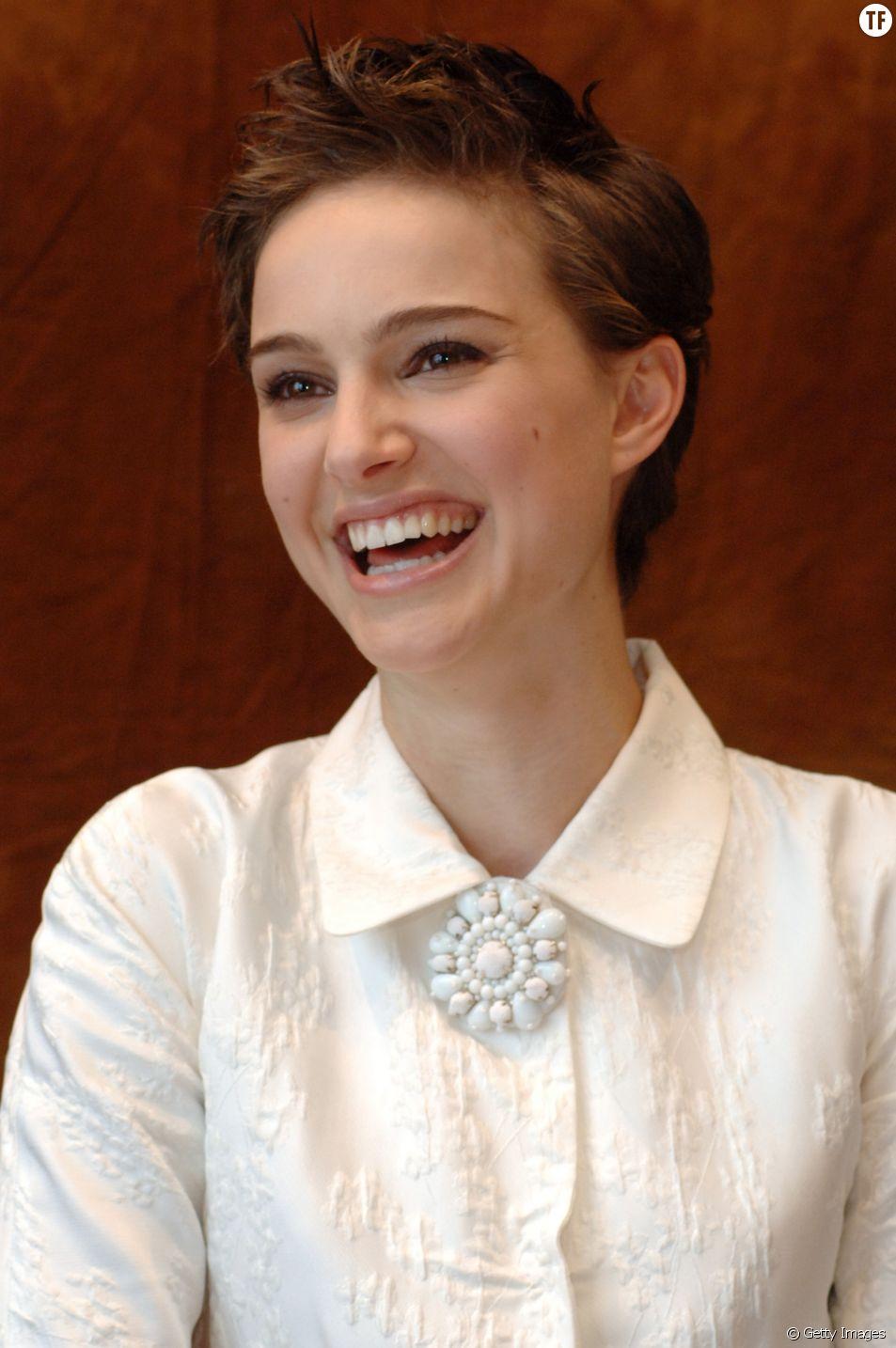 Natalie Portman, rayonnante avec sa coupe à la garçonne ébouriffée.