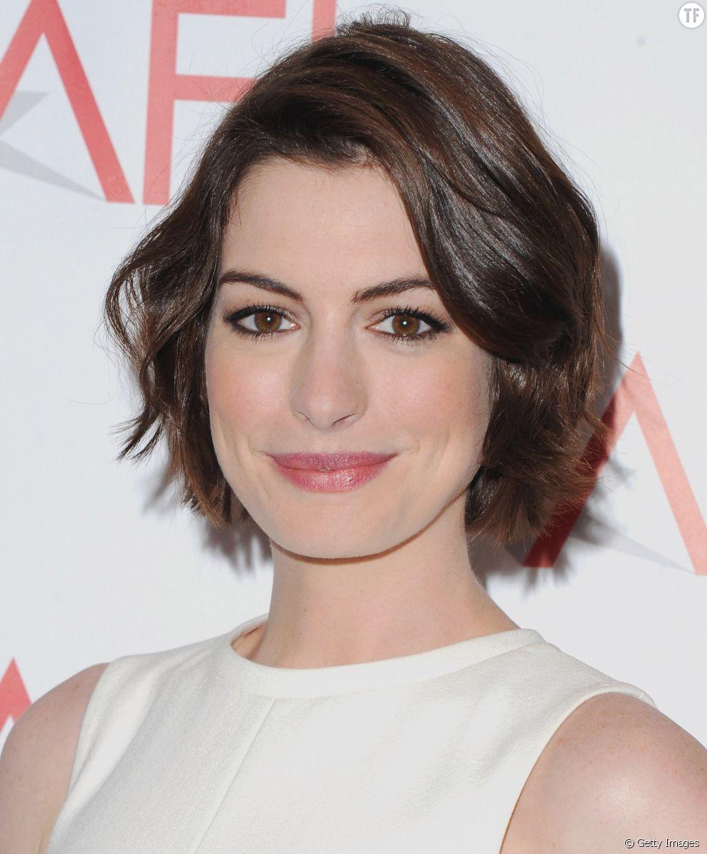 Anne Hathaway Mise Sur Le Volume Pour Donner De L Intensite A Sa Coiffure Courte Terrafemina