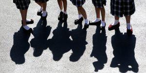 Interdits de porter le short en pleine canicule, ces lycéens se mettent aux jupes
