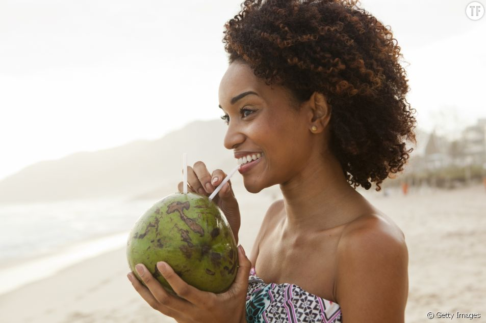 Boire de l'eau de coco au Brésil