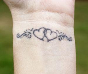 id e de tatouage sur la nuque un coeur ouvert. Black Bedroom Furniture Sets. Home Design Ideas