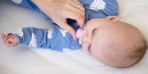 Pourquoi vous devriez toujours lécher la sucette de votre enfant (et non la désinfecter)