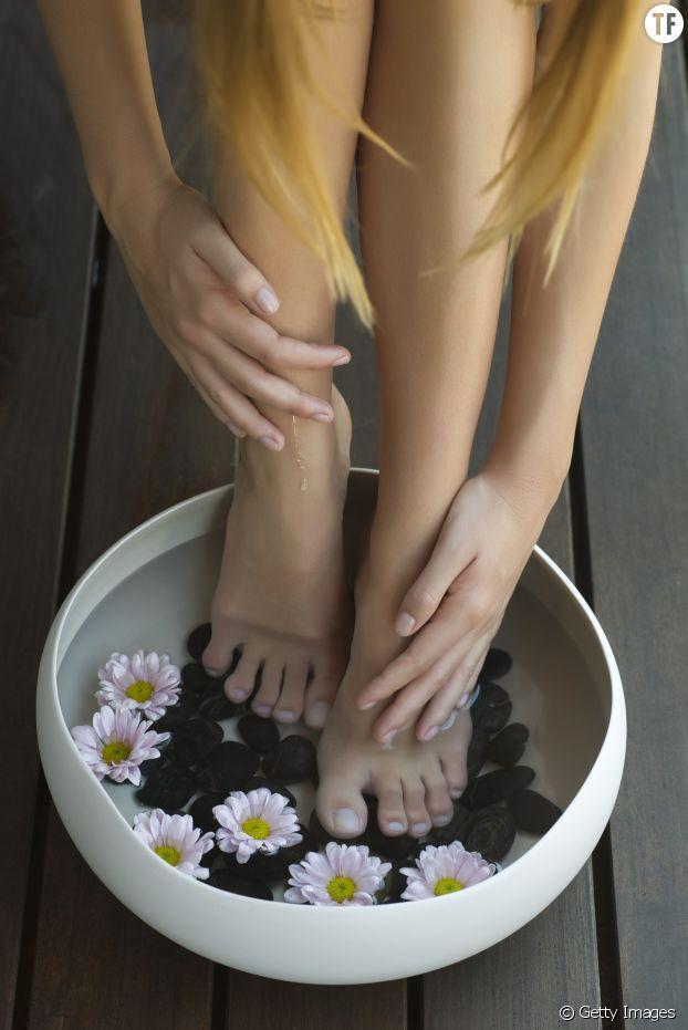 Un bain de pieds à l'huile essentielle d'arbre à thé : une bonne idée pour lutter contre les mauvaises odeurs
