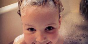 Ce papa a trouvé une adorable astuce pour empêcher le shampoing de piquer les yeux de sa fille