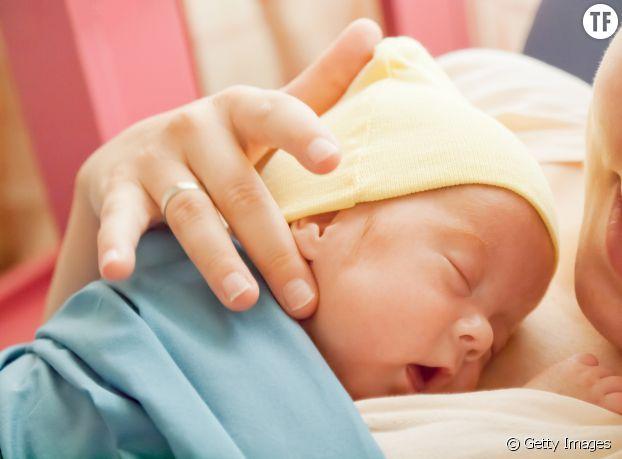 Premier câlin entre la maman et son bébé