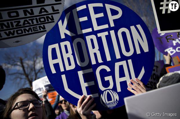"""""""Gardez l'avortement légal"""" : manifestation aux Etats-Unis pour le maintien de la loi Roe v. Wade que Trump voudrait faire invalider"""