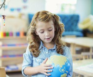 Pour faire voyager ses élèves sans sortir de classe, cette maîtresse à eu une idée géniale