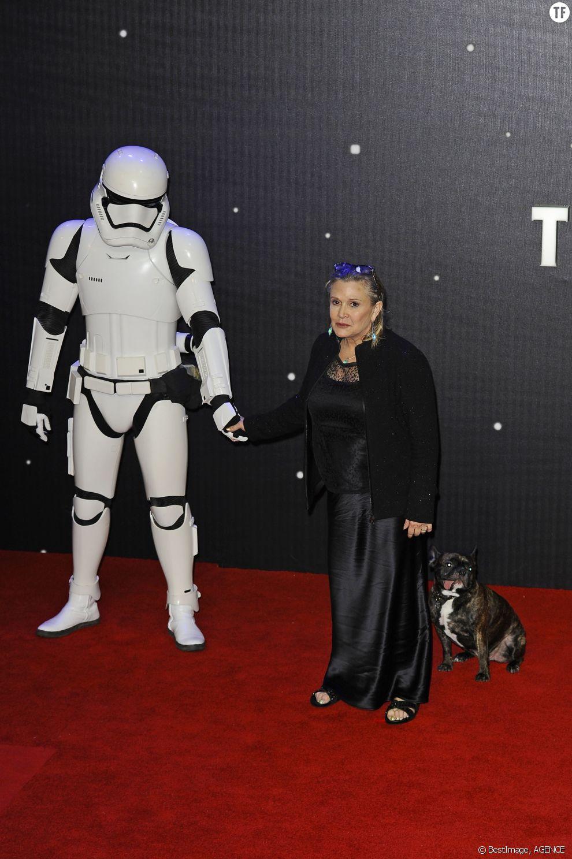 """Carrie Fisher et Gary à la première de """"Star Wars: Le réveil de la Force"""" à Londres le 16 décembre 2015"""