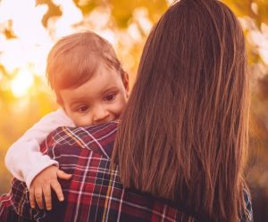 Pourquoi vous devriez porter votre bébé à gauche