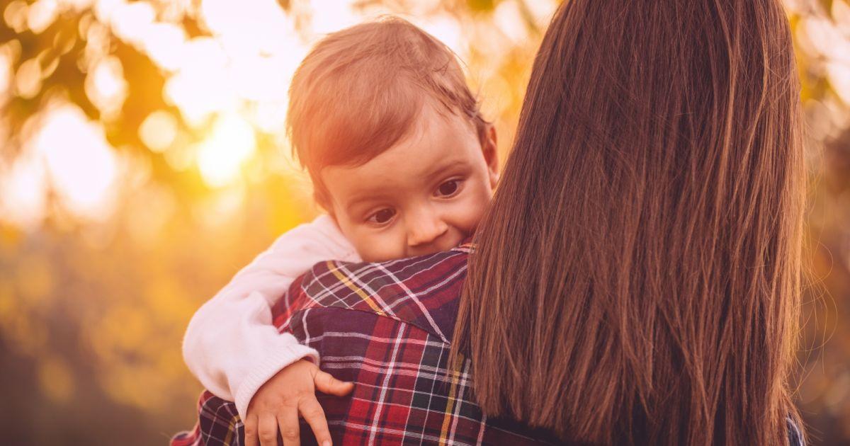Pourquoi vous devriez porter votre b b gauche terrafemina - Rever de porter un bebe dans les bras ...
