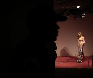 Le sosie d'Ivanka Trump passant l'aspirateur dans une galerie d'art ne passe pas
