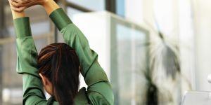 3 exercices de yoga sur chaise pour souffler au boulot
