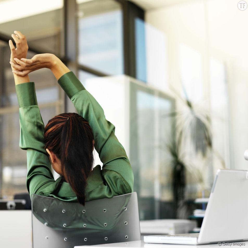 Se relaxer au bureau avec le yoga sur chaise