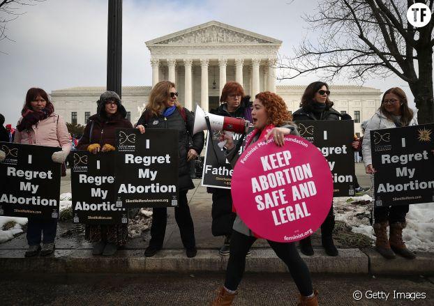 Manifestantes pro-life et pro-choice devant la Cour suprême, à Washington D. C., en janvier 2019