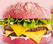 Les burgers roses spécial Mondial 2019 ne passent pas (et son créateur les défend)