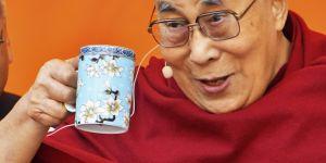 """Le Dalaï-Lama pense (encore) que sa successeuse """"doit être belle"""""""