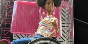 Mattel lance une Barbie noire en fauteuil roulant (et c'est une bonne nouvelle)