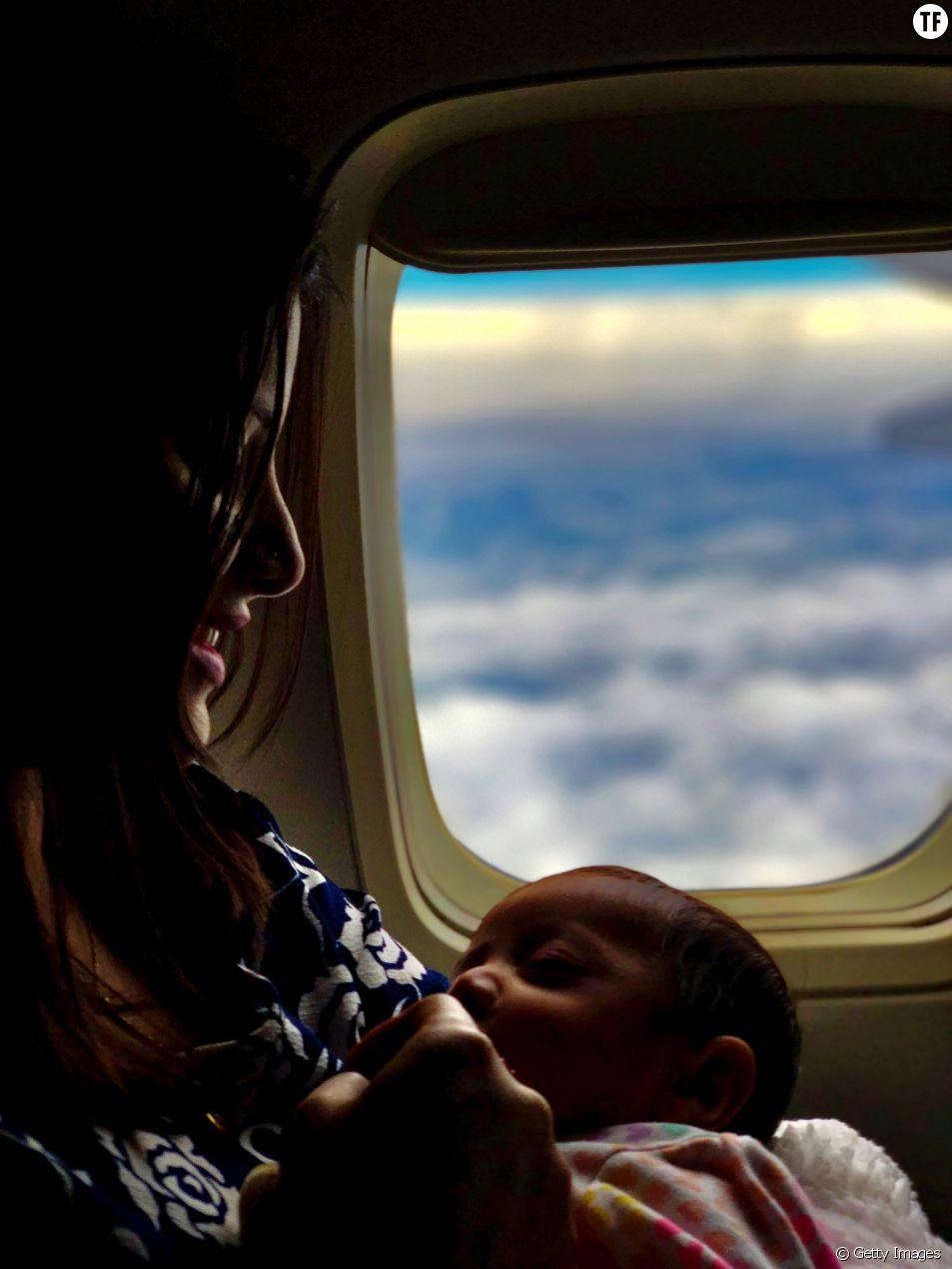 Elle allaite son bébé en plein vol, on lui demande de se couvrir.