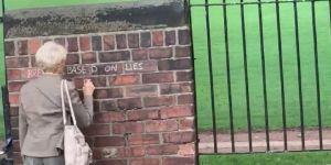 En Angleterre, cette mamie de 71 ans tague les murs pour dénoncer le Brexit