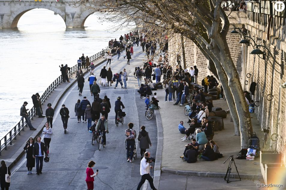 Des centaines de personnes se regroupent sur les quais à Paris en pleine crise du coronavirus le 15 mars 2020