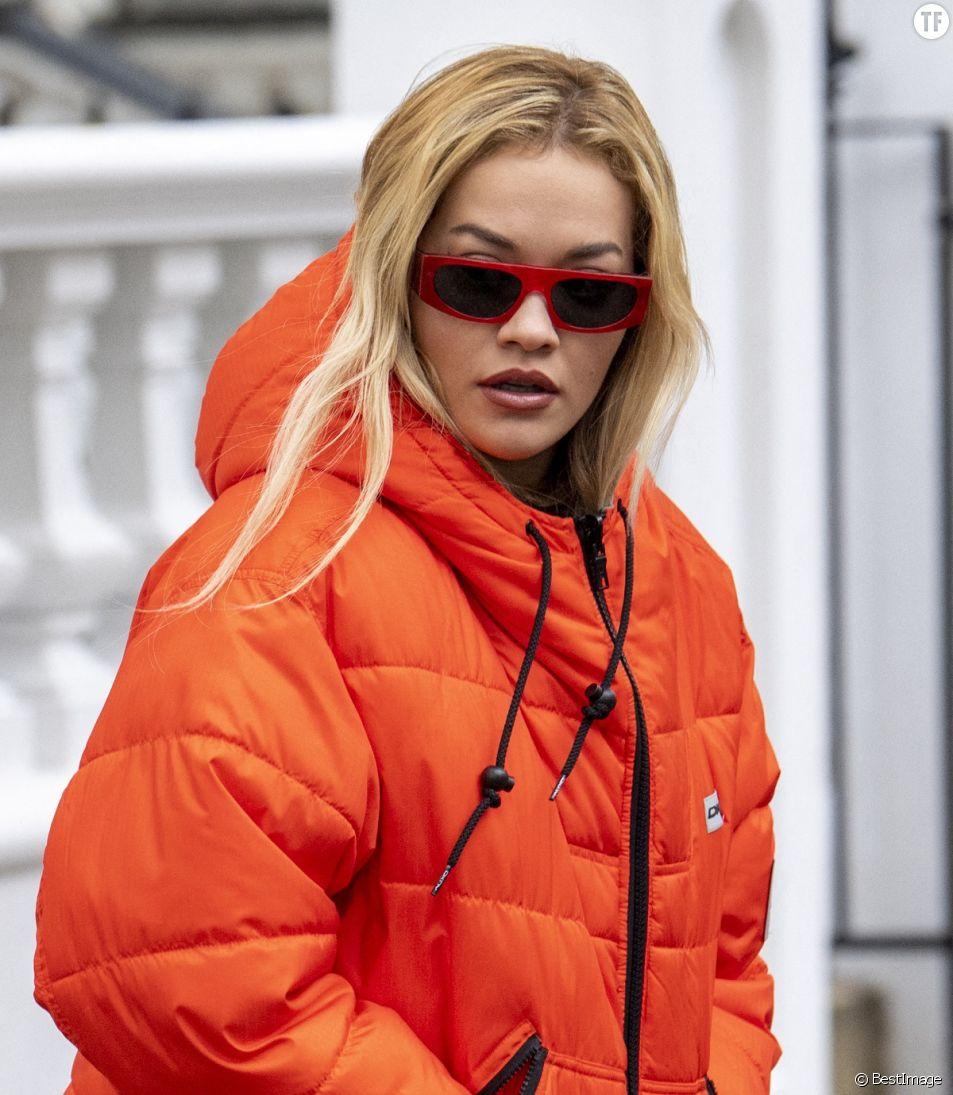"""La chanteuse britannique Rita Ora est abondamment """"shamée"""" sur les réseaux sociaux pour son irrespect du confinement."""