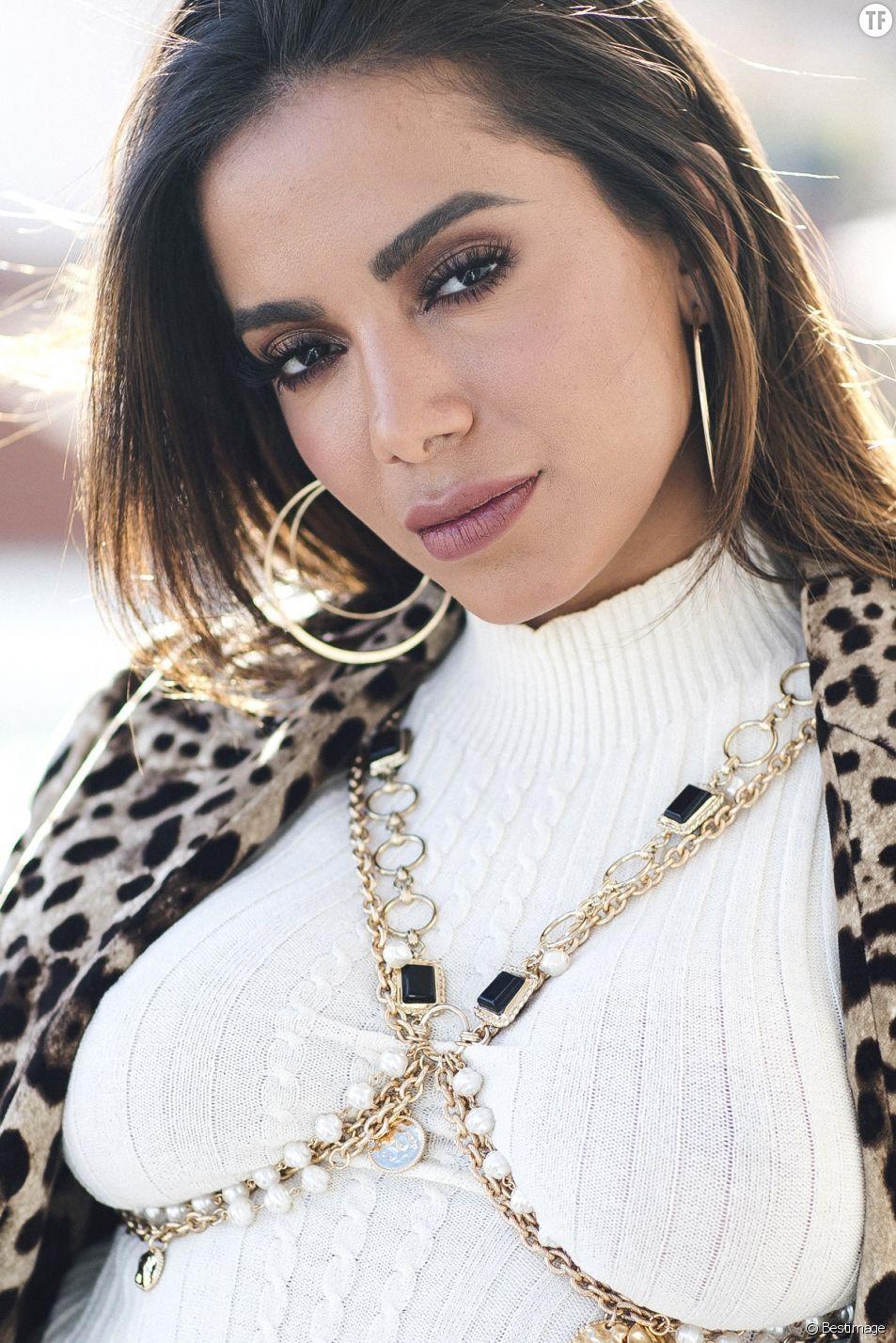 "La chanteuse Anitta pose pour la marque ""Ipanema"" à Madrid le 9 avril 2019."