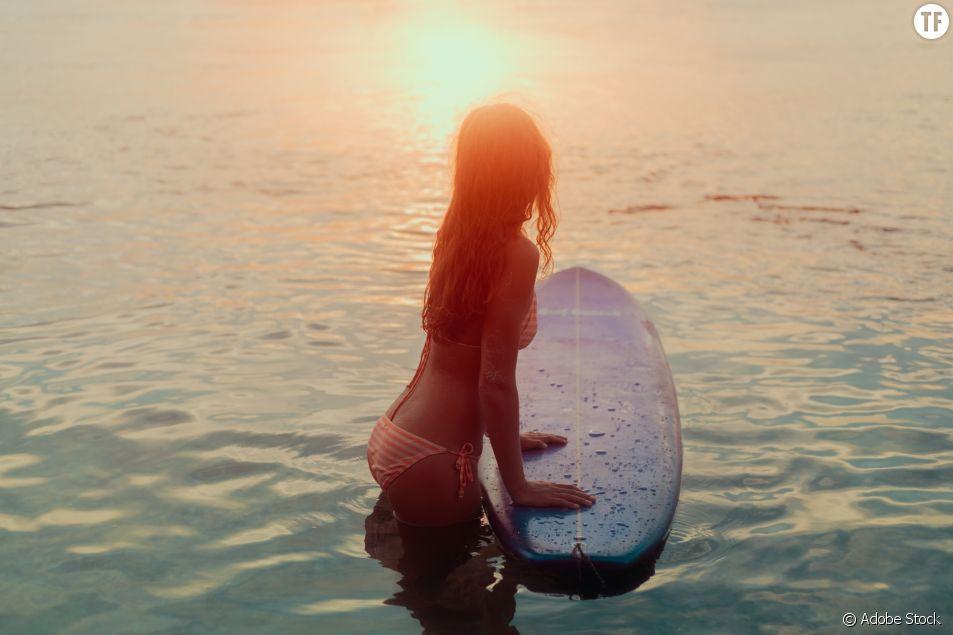 Surfeuse en bikini