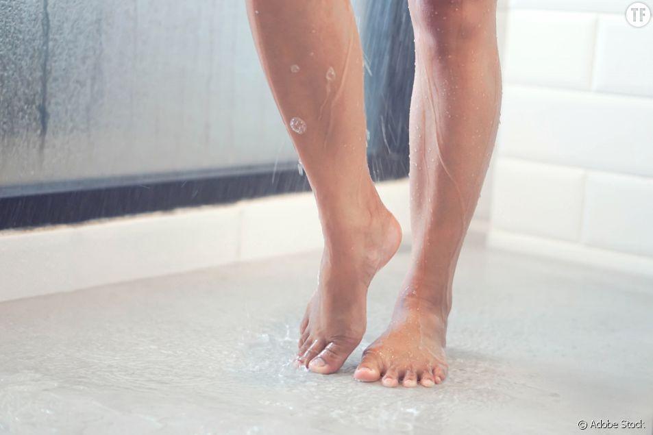Pourquoi les femmes devraient éviter de faire pipi sous la douche