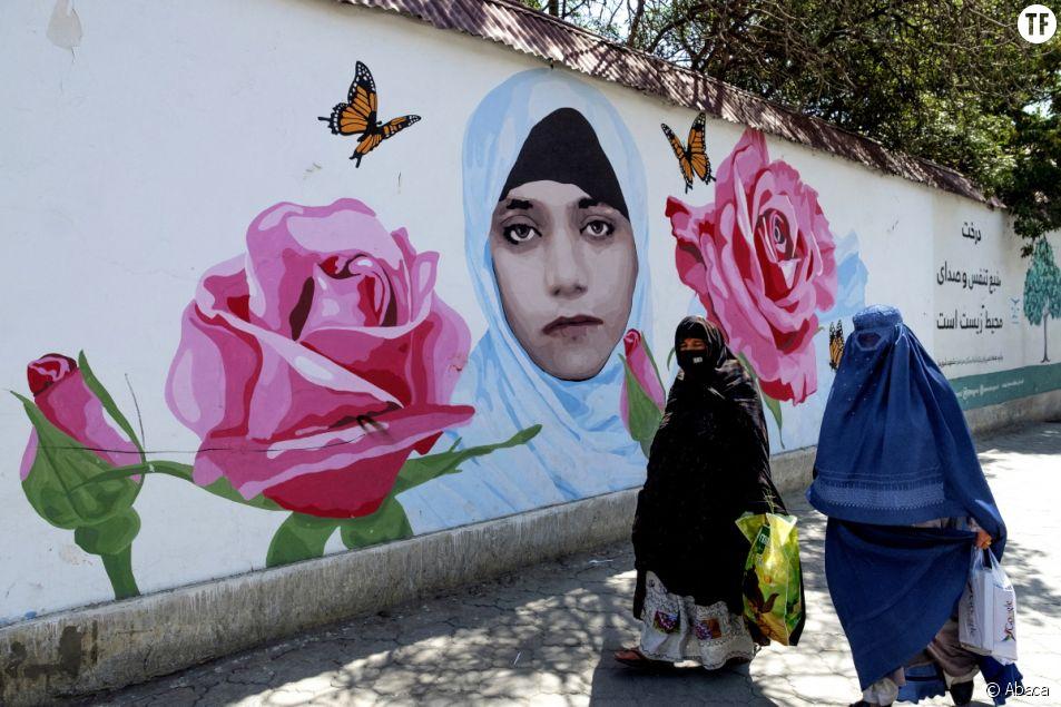 Des femmes afghanes devant un street art à Kaboul représentant Farkhunda Malikzada, lynchée publiquement en 2015
