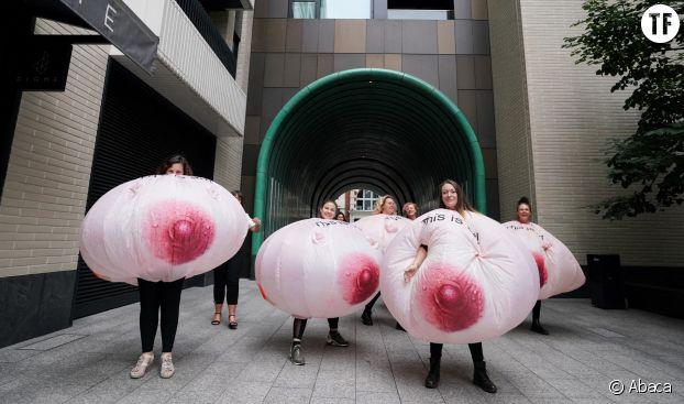 Des manifestantes déguisées en seins devant les locaux de Facebook à Londres le 1er septembre 2021