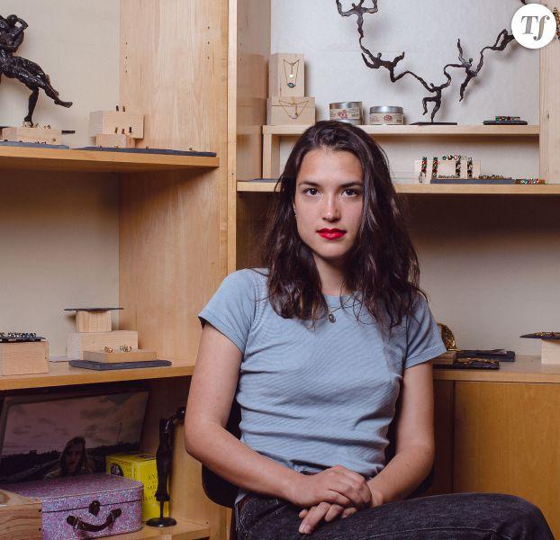La créatrice de bijoux Louise Damas dans son atelier à Paris (XIIe).