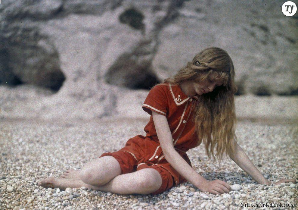 Christina, la jeune fille blonde photographiée sur une plage du Dorset en 1913 par Mervyn O'Gorman.