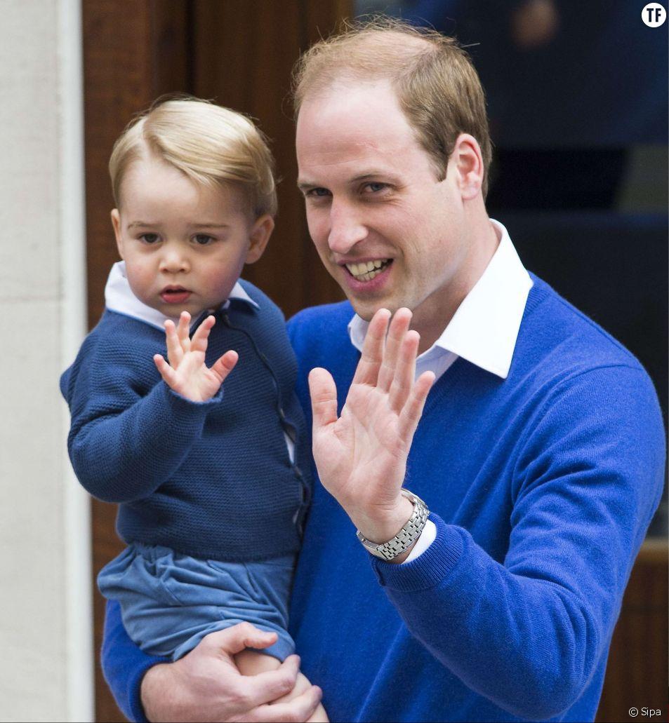 Le Prince George dans les bras du Prince William le jour de la naissance de Charlotte