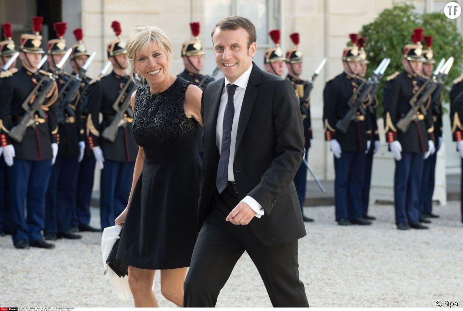 Emmanuel Macron Avec Sa Femme Brigitte Trogneux En Amoureux A L Elysee Terrafemina