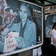 Une femme pase à côté du portrait de la première dame, Maria Eva Duarte de Peron, lors des manifestations à Buenos Aires en Argentine.