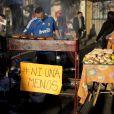 Un vendeur de sandwich lors des manifestations à Buenos Aires.
