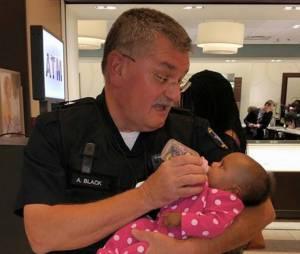La photo de ce policier donnant le biberon à un bébé émeut les internautes