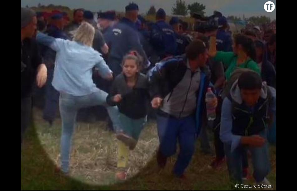 Petra László frappe un migrant