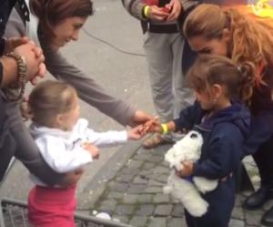 Cette fillette accueillant une petite réfugiée syrienne redonne foi en l'humanité