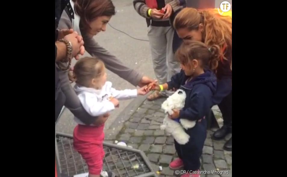 Le geste touchant d'une petite fille allemande à l'égard d'une enfant réfugiée