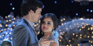Pretty Little Liars saison 6 : Marlene King tease le retour du couple Aria / Ezra (photos)