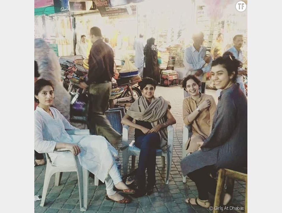 Des femmes dans un dhaba de Lahore, au Pakistan.