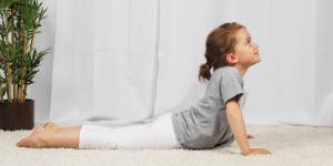 4 positions de yoga faciles et relaxantes pour les enfants