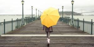 10 pièces pour rester chic sous la pluie