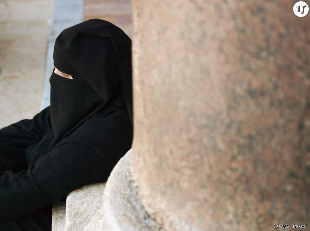 Une femme assise près de la mosquée Umayyad à Damas, en Syrie