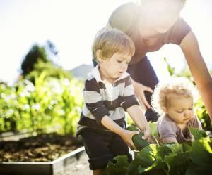 Pourquoi apprendre à jardiner à son enfant est une excellente idée