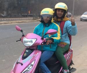 En Inde, des scooters roses transportent les femmes en toute sécurité