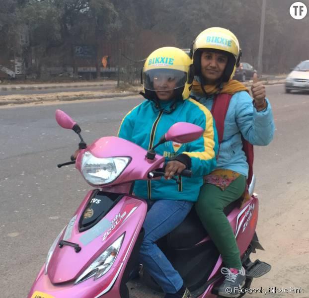 """En Inde, les femmes peuvent se déplacer en sécurité grâce aux """"scooters roses"""""""